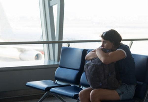 Девушка вся зажата. Сидит в зале ожидания аэропорта