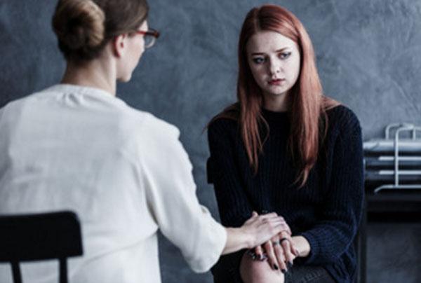 Женщина в черном на приеме у психотерапевта