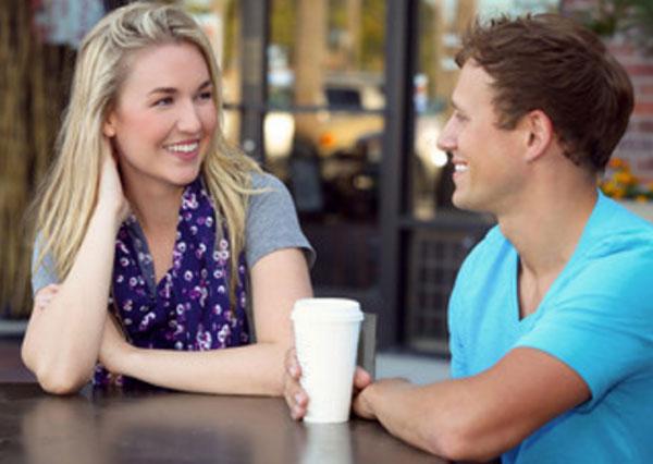 свидание. Пара сидит за столиком в кафе