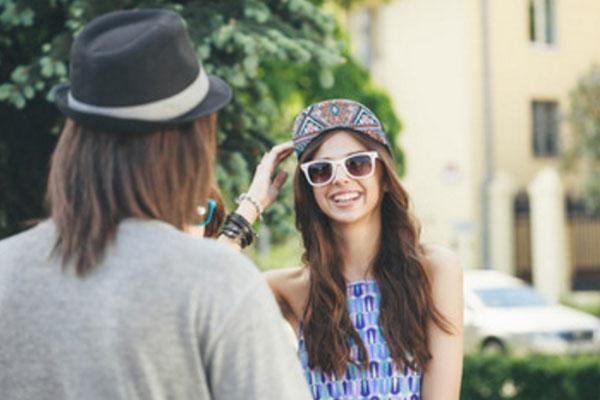 Парень встретил девушку на улице и о чем-то с ней говорит