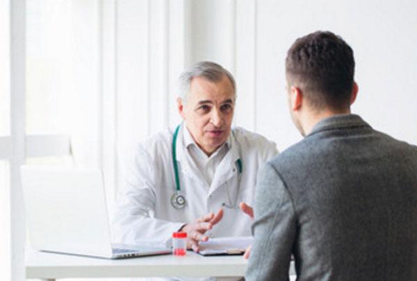 Мужчина общается с доктором