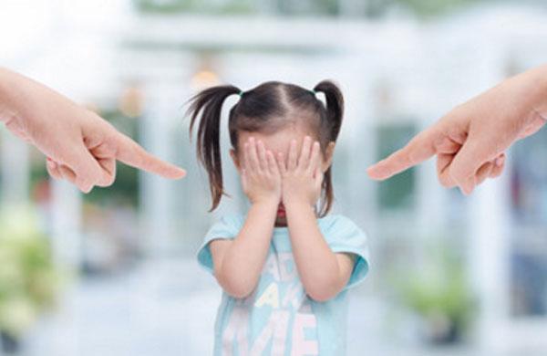 Девочка прикрывает глаза руками. С двух сторон грозящий палец